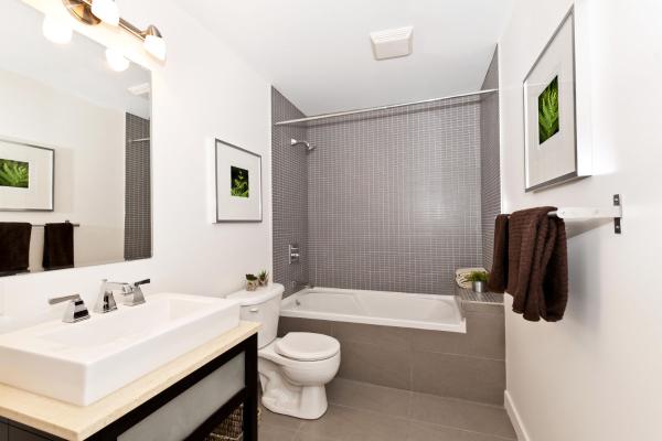Installation de plomberie neuve dans une salle de bain résidentielle